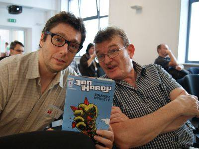 Tomasz Kołodziejczak i Maciej Parowski kupili sobie komiks Jan Hardy na spółkę. Każdy komiksiarz wie, że zeszytówki najlepiej czytać razem!